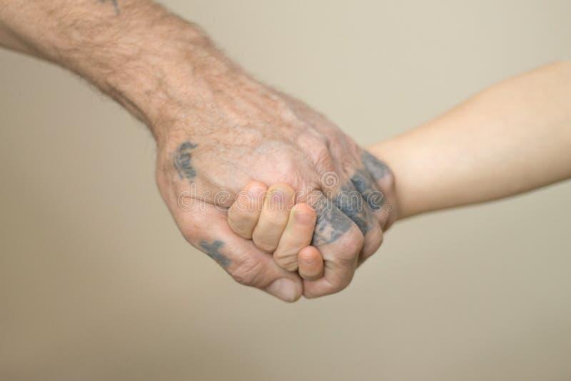 Avô e neto que guardam o conceito das mãos fotos de stock