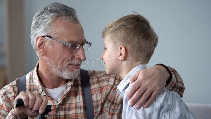 Avô e neto que olham-se nos olhos, duas gerações, close up fotos de stock royalty free