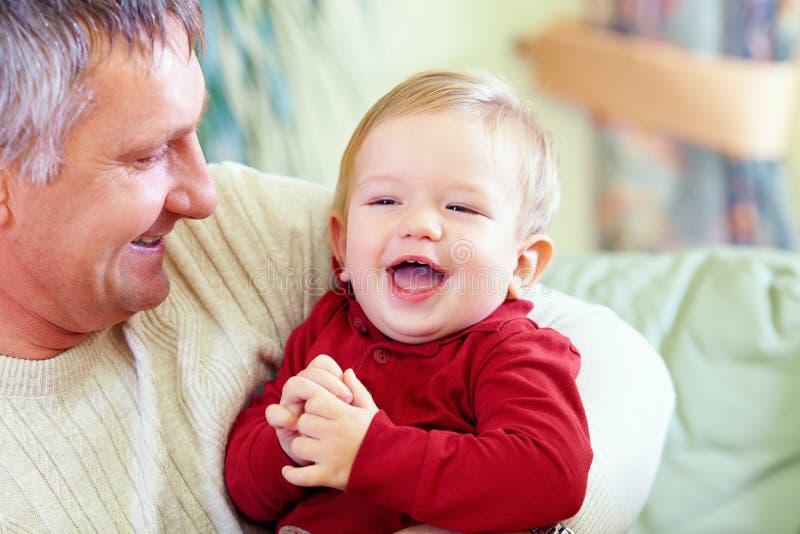 Avô feliz com neto de riso imagem de stock royalty free