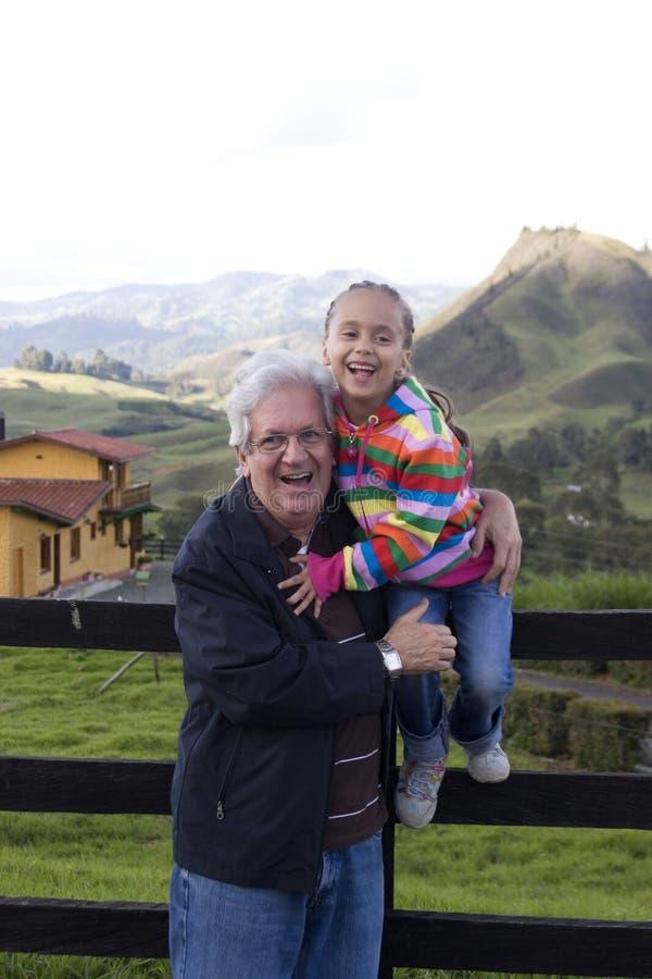 Avô feliz e neta bonita imagem de stock royalty free