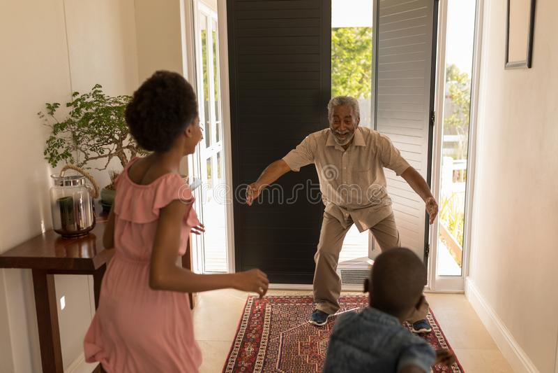 Avô ficado animado após ter visto seus netos em casa fotos de stock royalty free