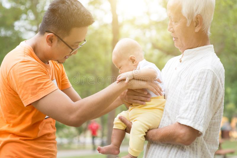 Avô, pai e neto asiáticos fotografia de stock