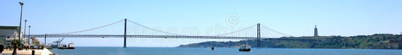 25 av april broponte 25 de abril över flodtejoen, sett från belem, Lissabon, Portugal royaltyfri bild