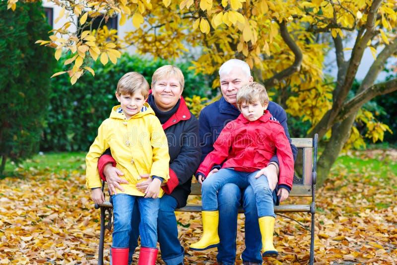 Avô, avó e dois meninos da criança, netos fotos de stock royalty free