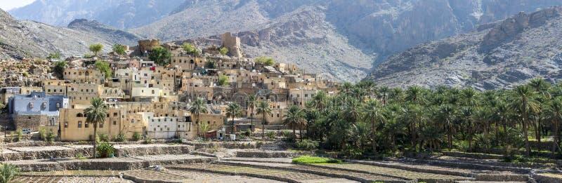 By av Bald Sayt i bergen av Oman royaltyfri foto