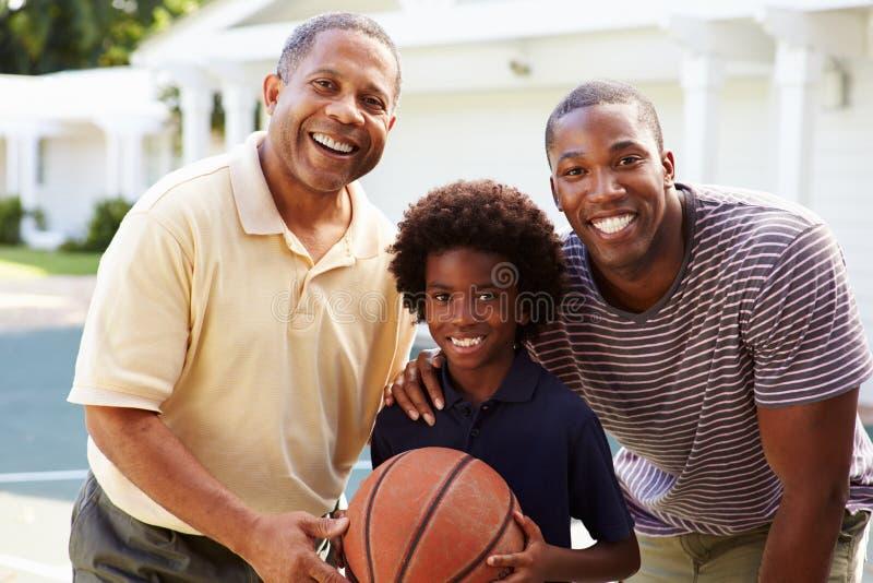 Avô com o filho e o neto que jogam o basquetebol fotografia de stock