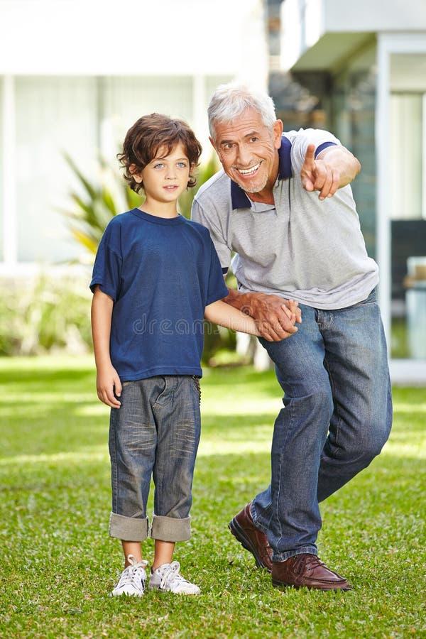 Avô com o neto no jardim fotografia de stock royalty free