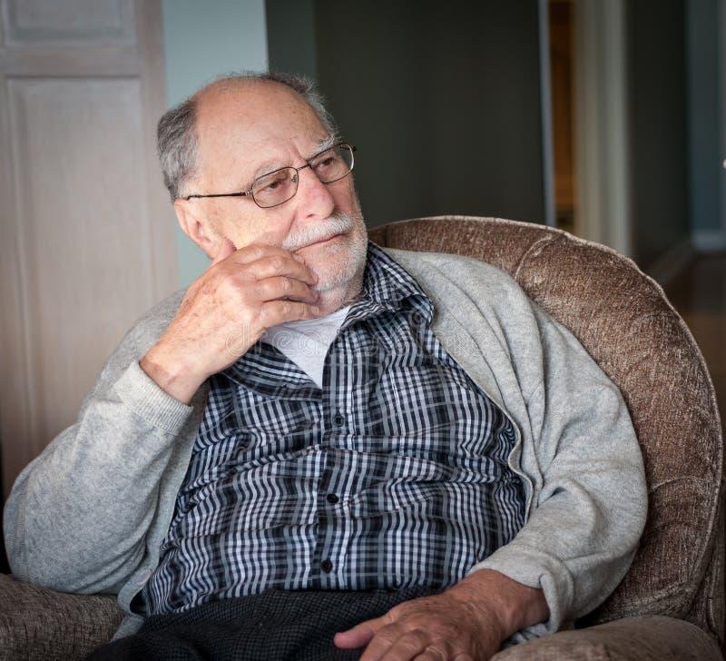 Avô com uma camiseta cinzenta foto de stock royalty free