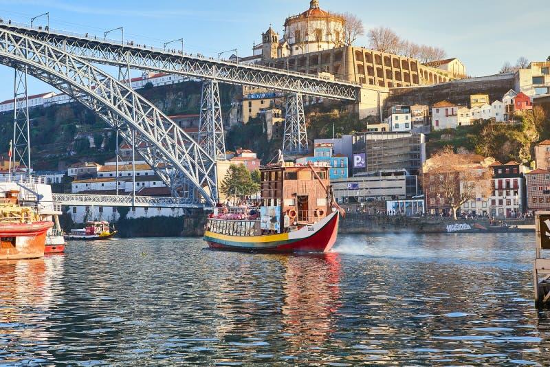 09 av December, 2018 - Porto, Portugal: Sikt av den historiska staden med den Dom Luiz bron Ett tunnelbanadrev kan ses på royaltyfri fotografi