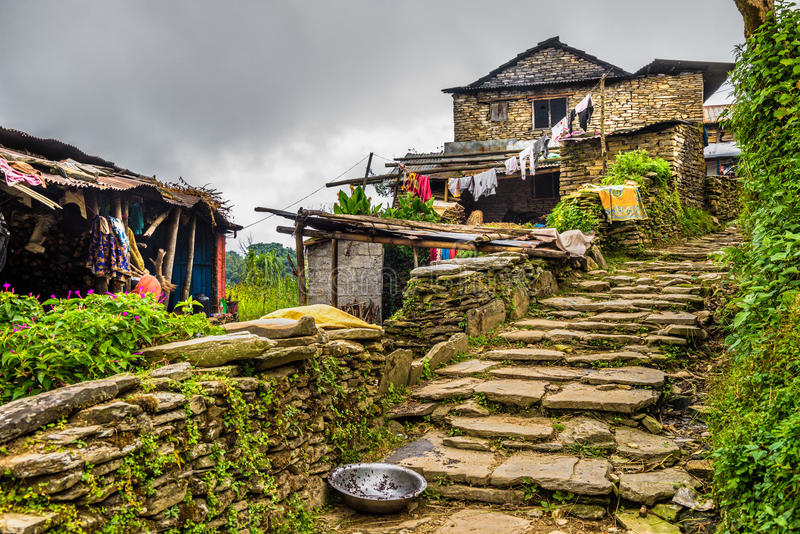By av Dhampus i Himalayasbergen i Nepal arkivbilder