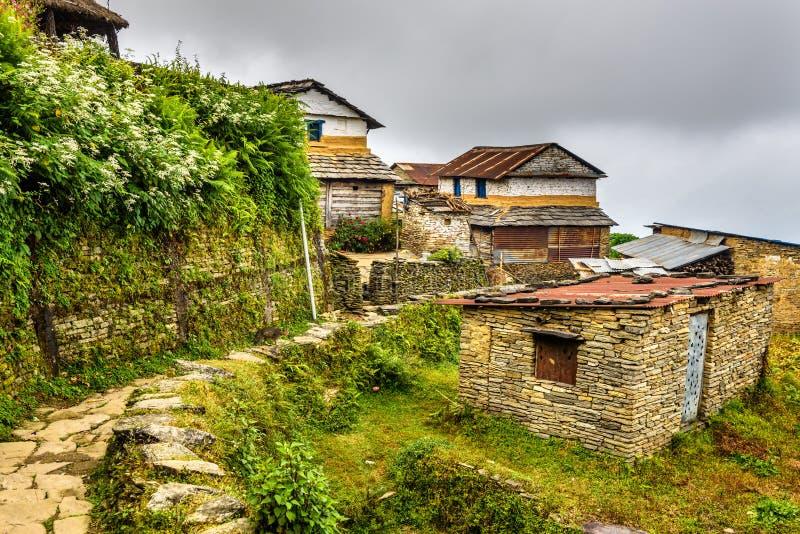 By av Dhampus i Himalayasbergen i Nepal royaltyfri bild