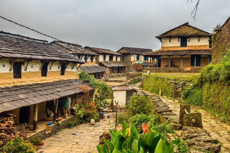 By av Dhampus i Himalayasbergen i Nepal arkivfoton