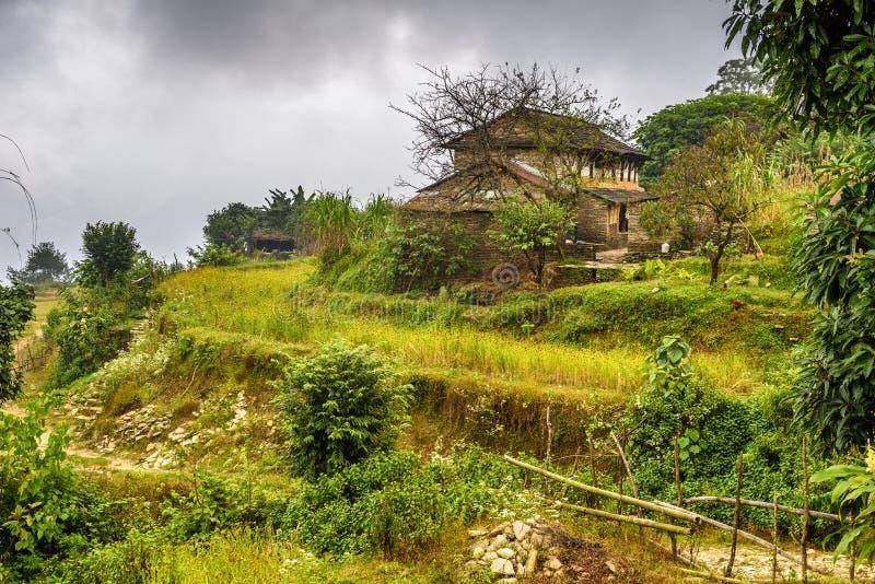 By av Dhampus i Himalayasbergen i Nepal royaltyfria foton