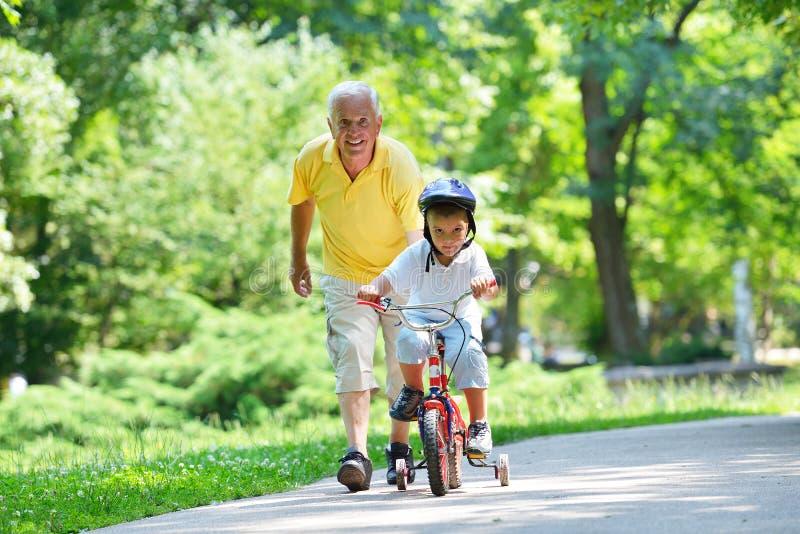 Avô e criança felizes no parque imagem de stock royalty free
