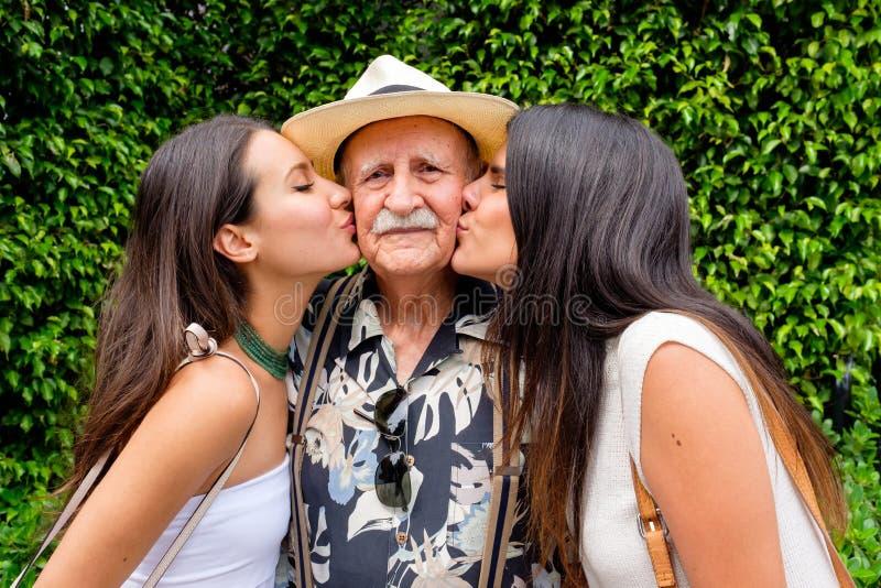 Avô e netas foto de stock royalty free