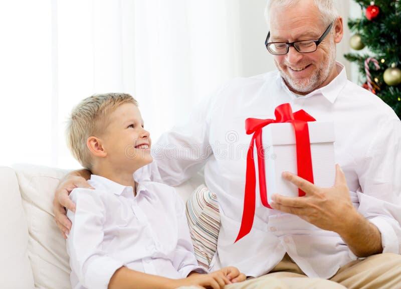 Avô e neto de sorriso em casa imagens de stock royalty free
