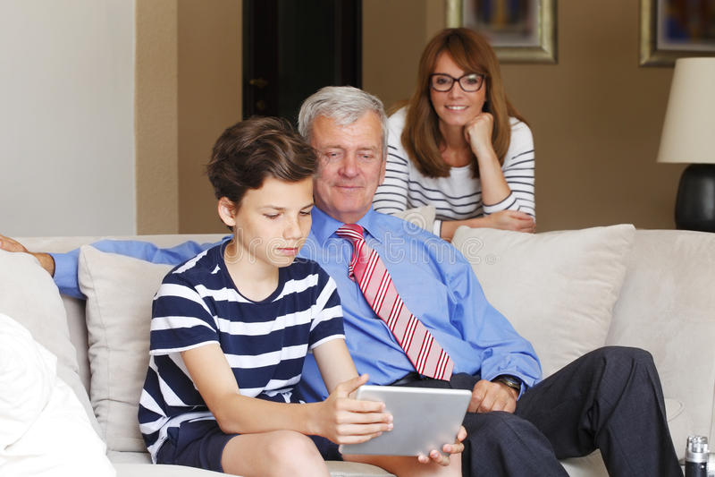 Avô e neto que têm o divertimento foto de stock