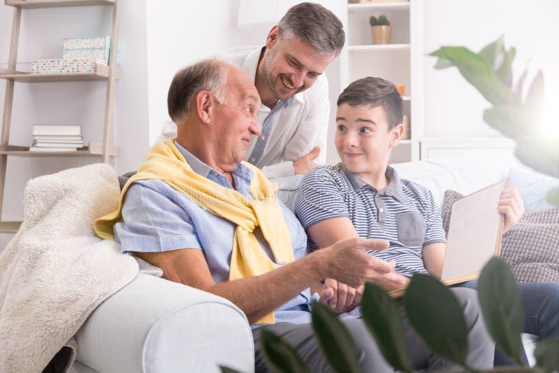 Avô e neto que usa o portátil fotos de stock royalty free