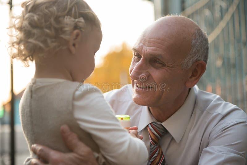 Avô feliz com neta imagens de stock