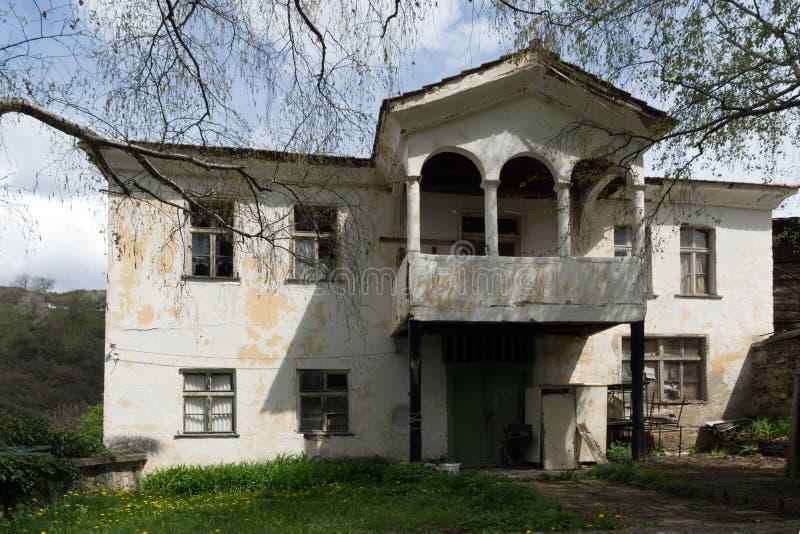 By av Kosovo med autentiska 19 thårhundradehus, Bulgarien arkivbild