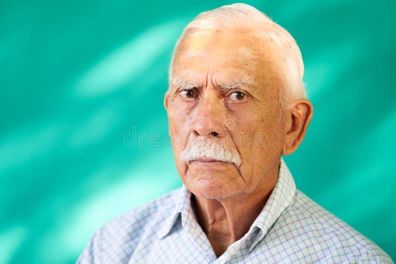 Avô latino-americano idoso triste do branco do homem do retrato real dos povos fotografia de stock
