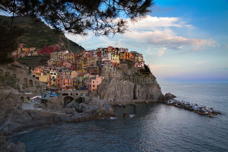 By av Manarola med blåa himlar, Cinque Terre, Italien fotografering för bildbyråer