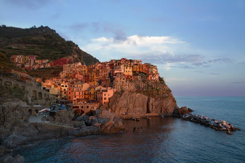 By av Manarola på solnedgången, Cinque Terre, Italien fotografering för bildbyråer