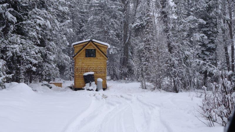 Av mycket litet hus för raster i bergen arkivbild