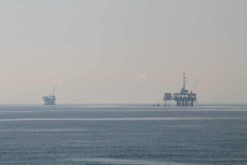 Av olje- plattformar för kust och ett skepp arkivbild