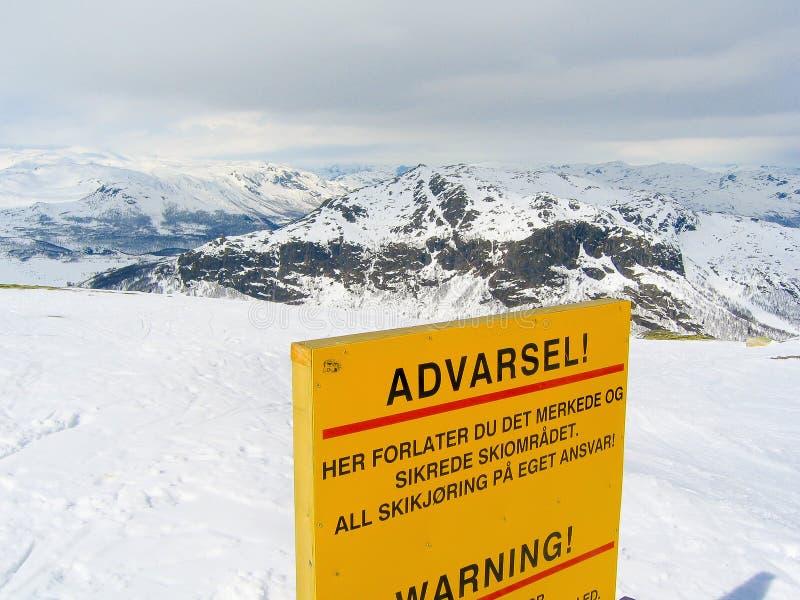 Av piste i en skidåkningsemesterort fotografering för bildbyråer
