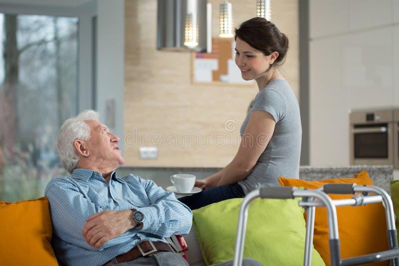 Avô que fala com neta amada foto de stock