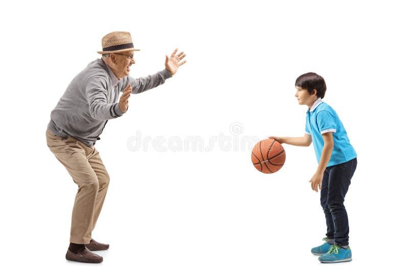 Av? que joga o basquetebol com seu neto foto de stock