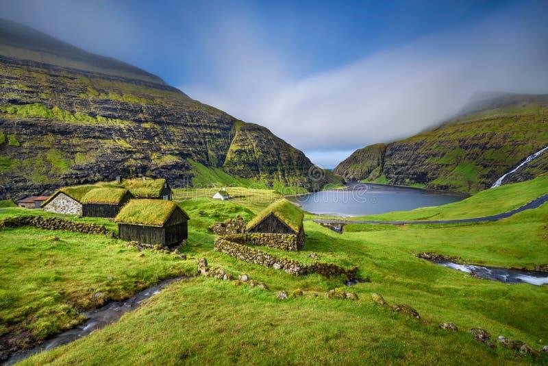 By av Saksun, Faroe Island, Danmark royaltyfri fotografi