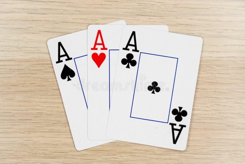 3 av snälla överdängare - kasino som spelar pokerkort royaltyfri foto