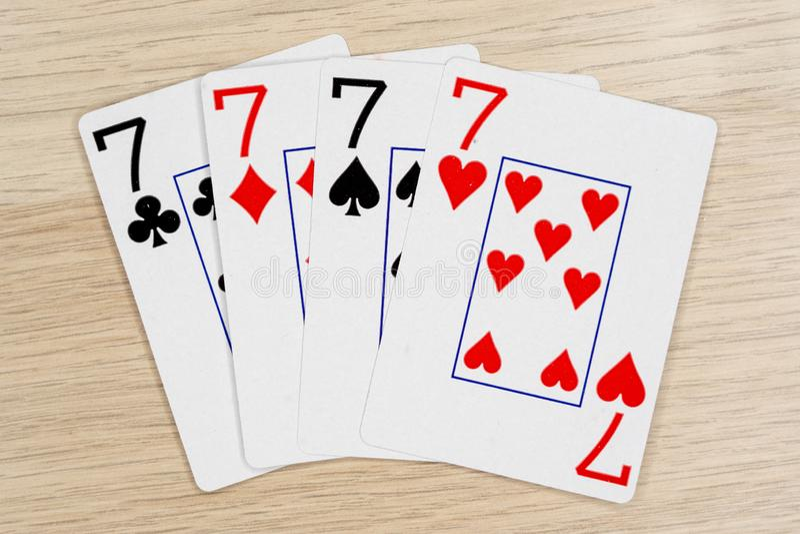 4 av snälla sevens 7 - kasino som spelar pokerkort arkivfoton