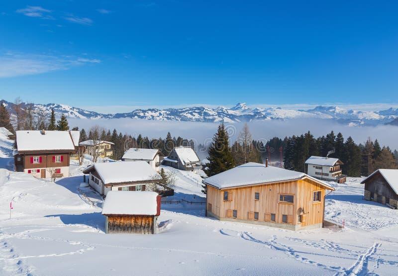 By av Stoos i den schweiziska kantonen av Schwyz i vinter royaltyfria bilder