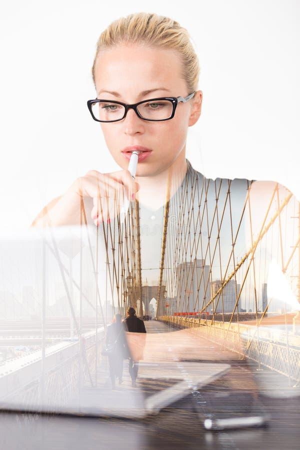 Av tankeaffärskvinnan i regeringsställning, drömma för dag fotografering för bildbyråer