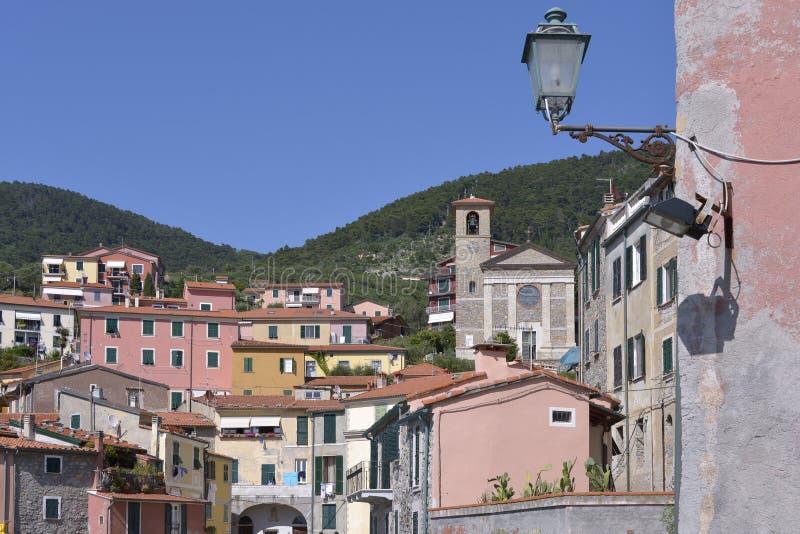 By av Tellaro i Italien royaltyfri foto