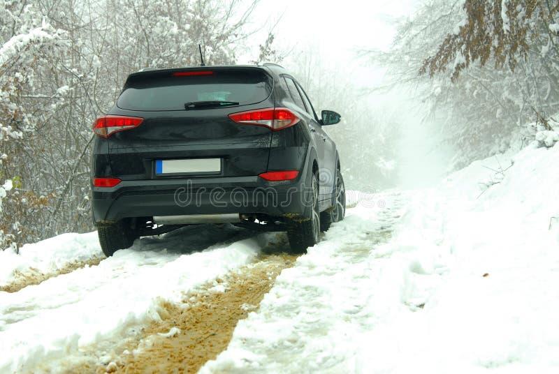 Av-väg SUV i gyttja och snö arkivbilder