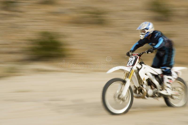 Av vägcyklisten som rider den motoriska cykeln arkivbild