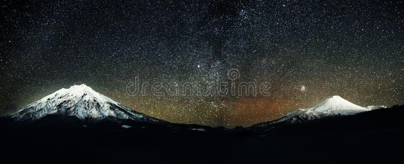 Avachinskiy och Koryakskiy volcanoes på natten royaltyfri fotografi