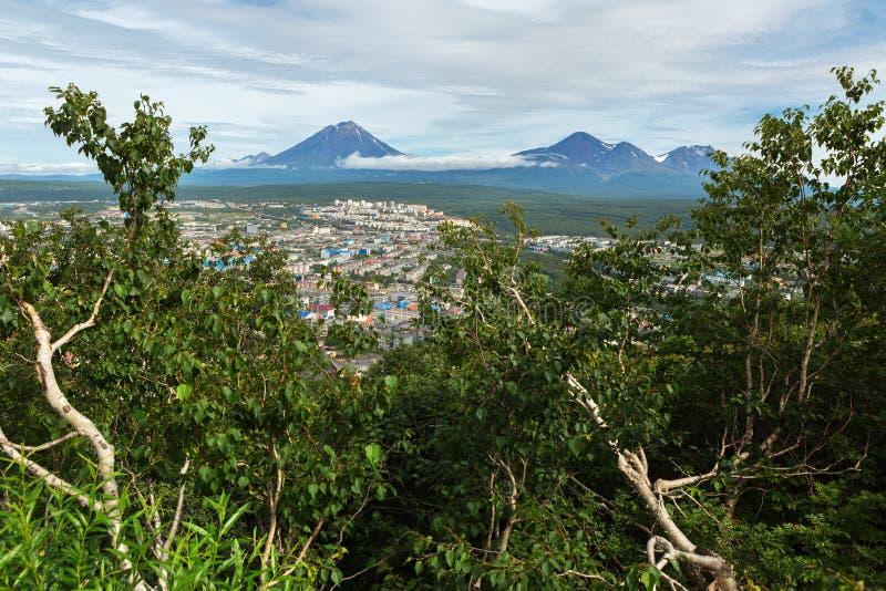 Avachinsky-Koryaksky grupp av volcanoes och Petropavlovsk-Kamchatsky från Mishennaya kullar arkivfoto
