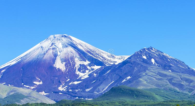 Avachinsky och Kozelsky volcanoes i Kamchatka i h?sten arkivbild