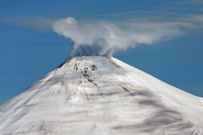 Avachinsky wulkan - aktywny wulkan Kamchatka zdjęcia royalty free