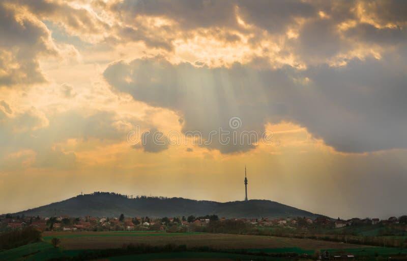 Avala berg i Belgrade, Serbien med härlig solnedgång och tunga moln arkivfoto