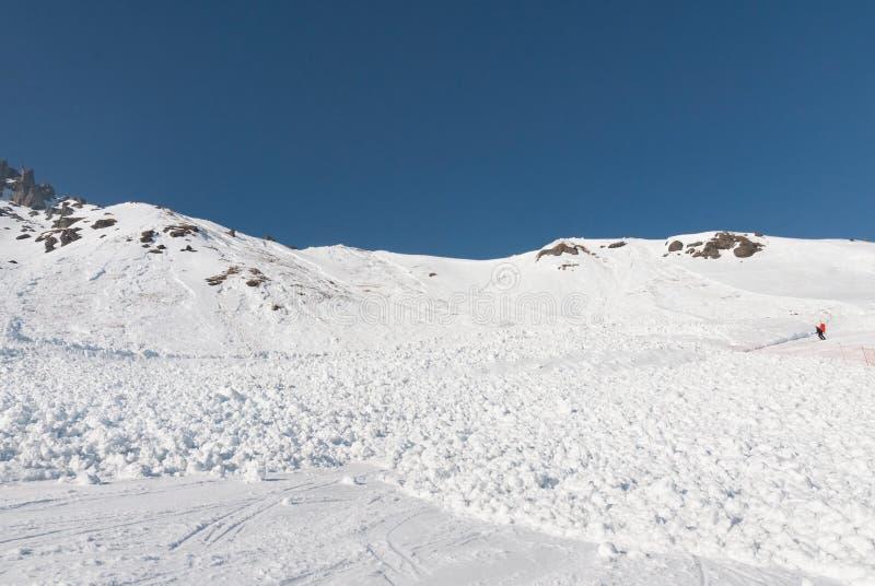 Avalancha de la cuesta del esquí cubierta con los esquiadores fotografía de archivo libre de regalías