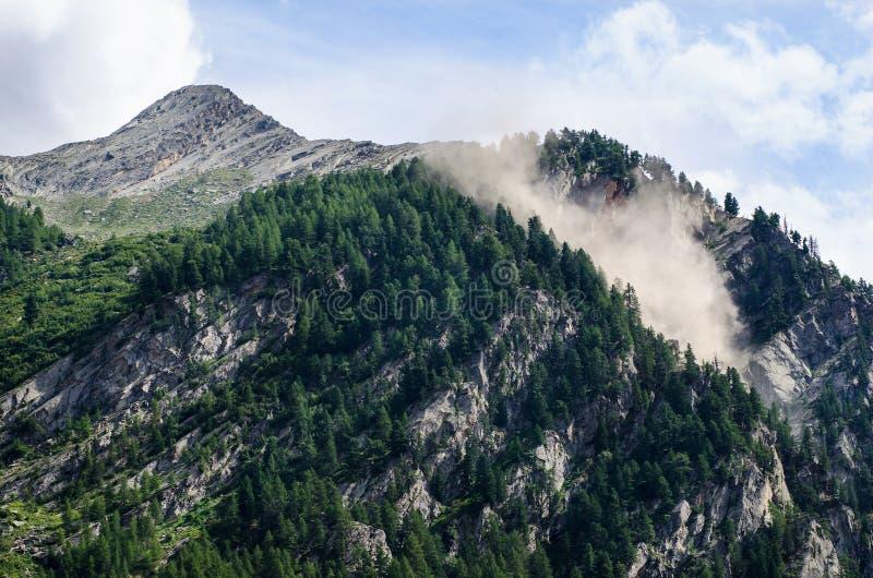 Avalancha en la montaña foto de archivo