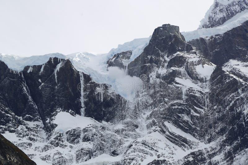 Avalancha en valle francés en el parque nacional Torres del Paine, Patagonia, Chile fotos de archivo
