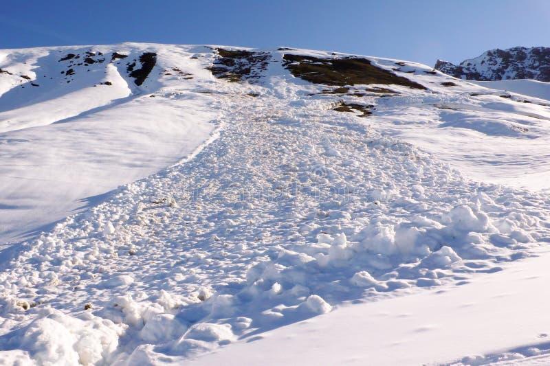 Avalancha peligrosa que plantea peligro a los esquiadores backcountry imagenes de archivo