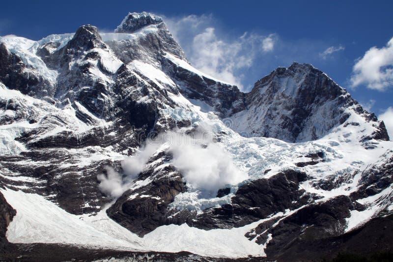 Avalanche, crêtes de Torres del Paine, Patagonia photographie stock